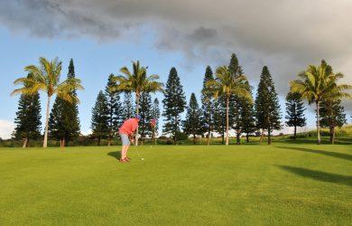 En mann spiller golf