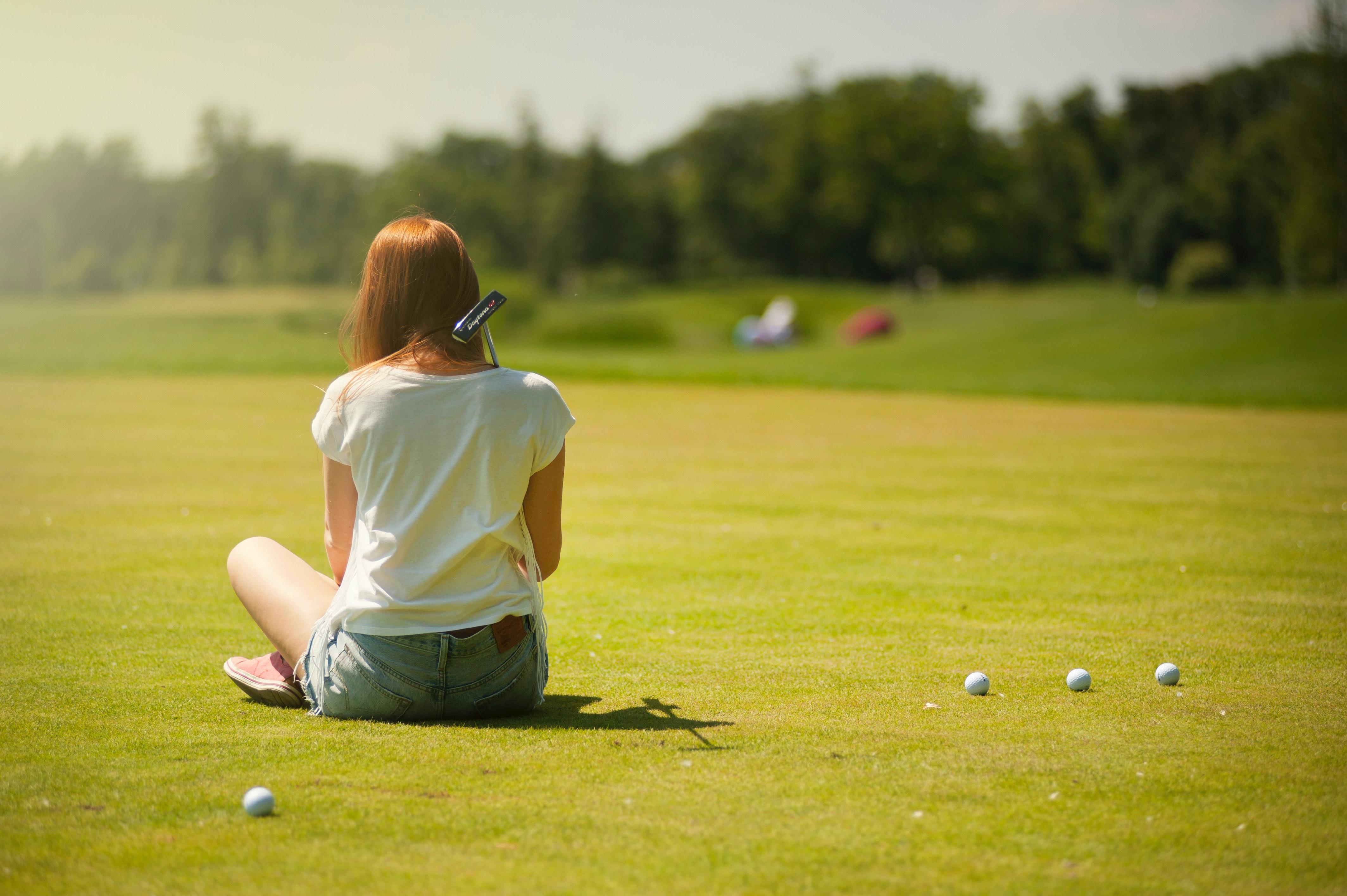 En kvinne på golfbanen.