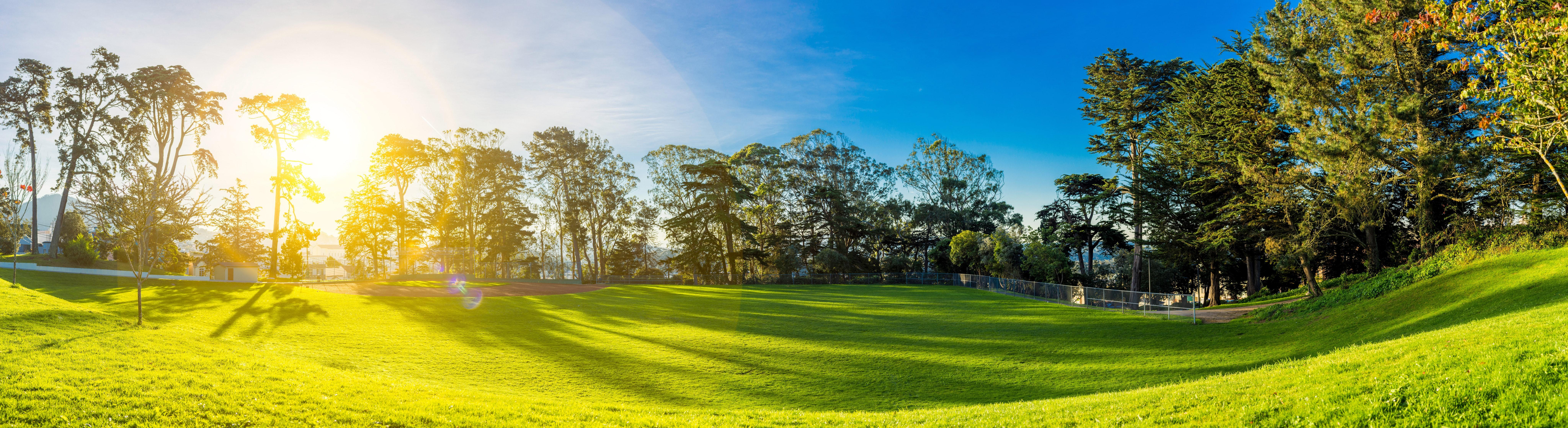 Sola skinner mot golfbanen.